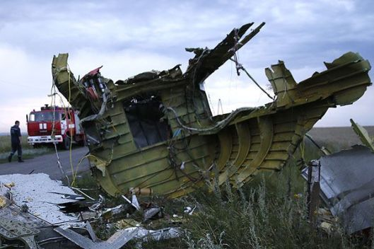 Malaysian plane could have been downed only by air-to-air missiles and explosives on board, say experts, since it lacks multiple holes on its bottom, characteristic of the surface-to-air missiles by the BUK missile launcher.