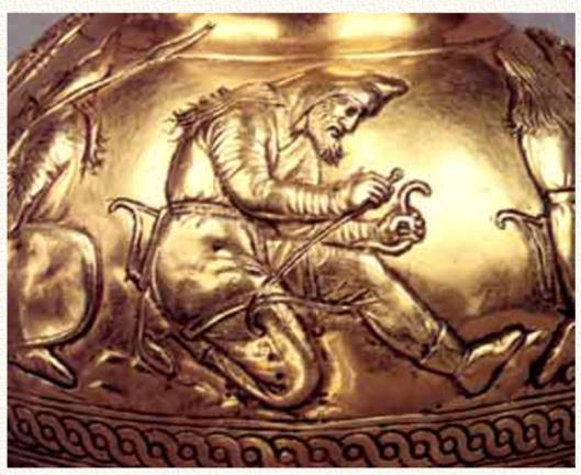 Чеканка на вазе из кургана Куль-Оба. Внизу — характерный поясной орнамент русов.