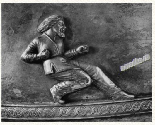 Деталь сцены ловли диких коней. Ловля диких коней была любимой забавой князей и дружинников в южнорусских степях ещё в двенадцатом столетии (как сообщает «Завещание» Владимира Мономаха). Внизу — характерный орнамент в традиции суперэтноса русов, доживший в народной культуре до двадцатого века.