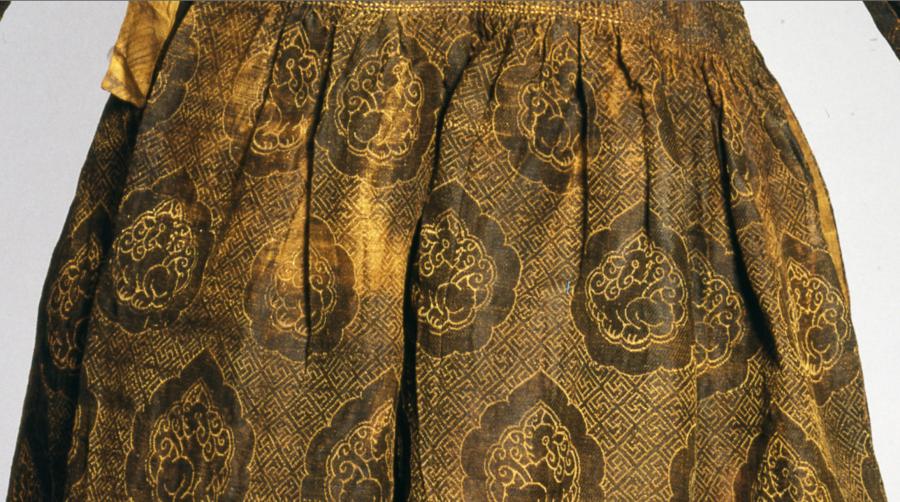 Русо-Арийский Казачий Кафтан со Свастичным узором, Ханат Моголов, первая половина 14 века. Арабские кафтаны застёгивались спереди. Моголские же застёгивались сбоку. Музей