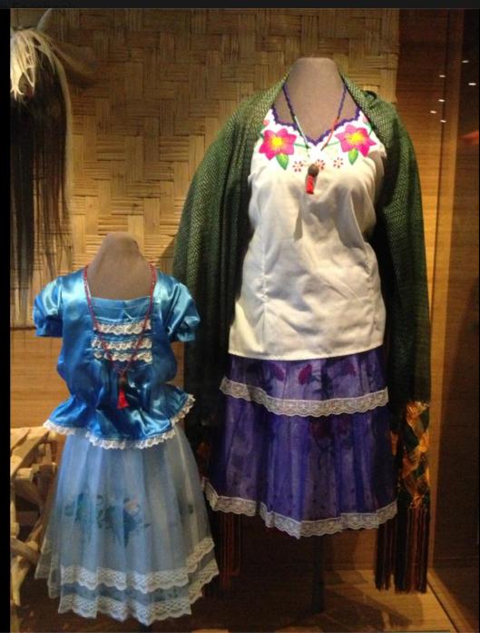 Мы, русо-арии, научили монголоидов носить типично русскую одежду, вышитую крестиком свастичными узорами и цветами, которые не растут в пустыне Аризоны. Мужчин мы одели в косоворотки. А женщин в самарские юбки и блузки.
