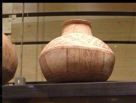 С уходом русских из Аризоны, стало уменьшаться количество свастичных узоров на керамике, наскальных рисунках, и в вышитых узорах на одежде. Но свастика осталась самым главным узором всех племён западной части Северной Америки, особенно у индейцев Навахо. Музей Херд (Heard Museum), Финикс (Phoenix), Аризона.