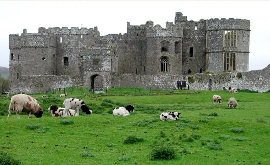 Замок Кару (Carew), построенный Норманом Джеральдом Виндзорским около 1100 года. ---------- Carew Castle, built by the Norman Gerald of Windsor around 1100.