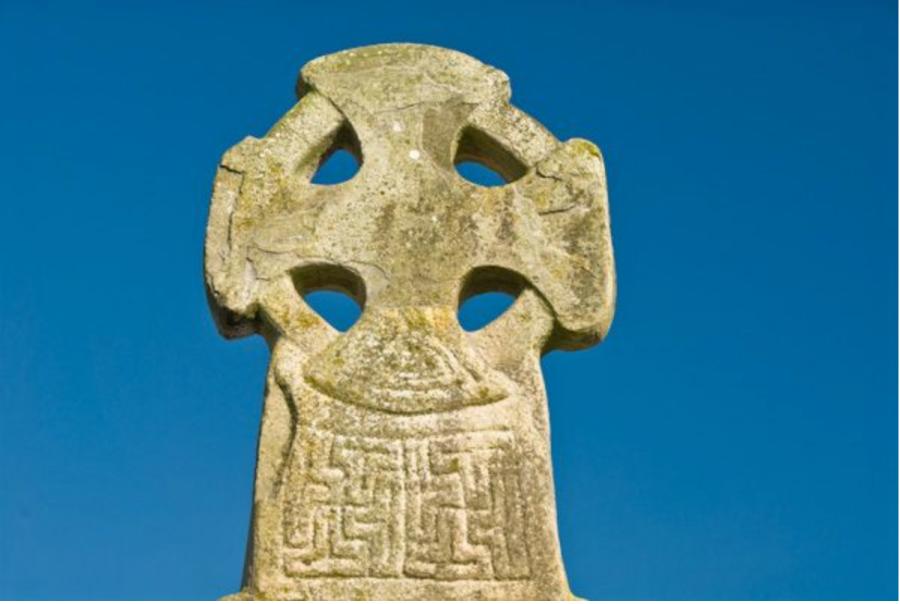Гаммадион на Кельтском Кресте 11 века возле Замка Кару (Carew), построенного Норманом Джеральдом Виндзорским около 1100 года, Южный Пемброкшир, Западный Уэльс. ---------- Gammadion on the Celtic Cross of the 11th century near Carew Castle, built by the Norman Gerald of Windsor around 1100, Southern Pembrokeshire, West Wales.