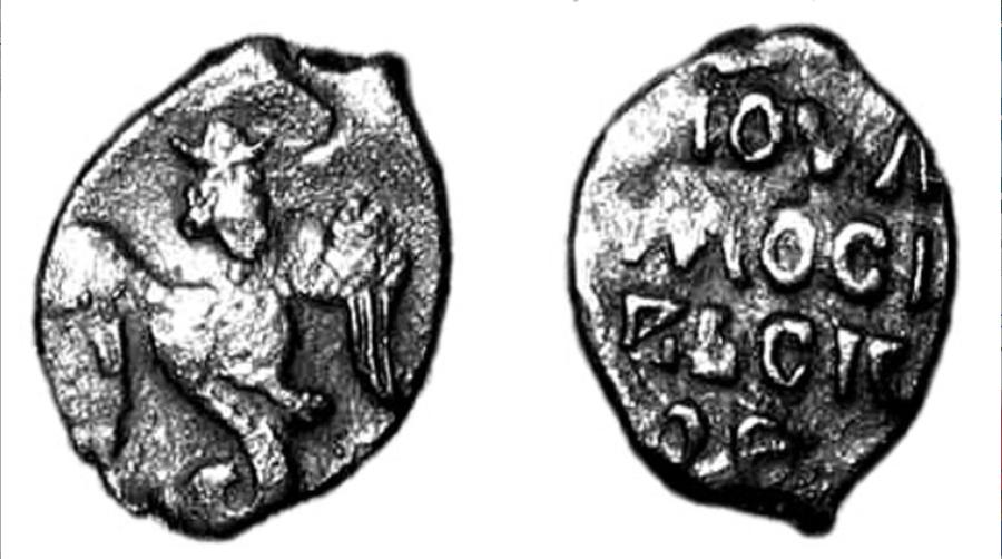 """Огненный Сокол-Рарог на медной монете 14 века. Таким образом, Московское Княжество мыслило себя в прямой линии насдедственности от Скифов к Русам-Скифам Старой Ладоги, и, затем, Русам Киева. Серебренная монета называлась """"деньга"""", а медная монета называлась """"пула"""". Серебряные и медные монеты выглядели так грубо, потому что они чеканились из проволоки, которая резалась на кусочки определенного веса (меньше 1 г). Эти кусочки проволоки, предварительно расплющенные, чеканились чеканами, на которых были вырезаны изображения и надписи."""